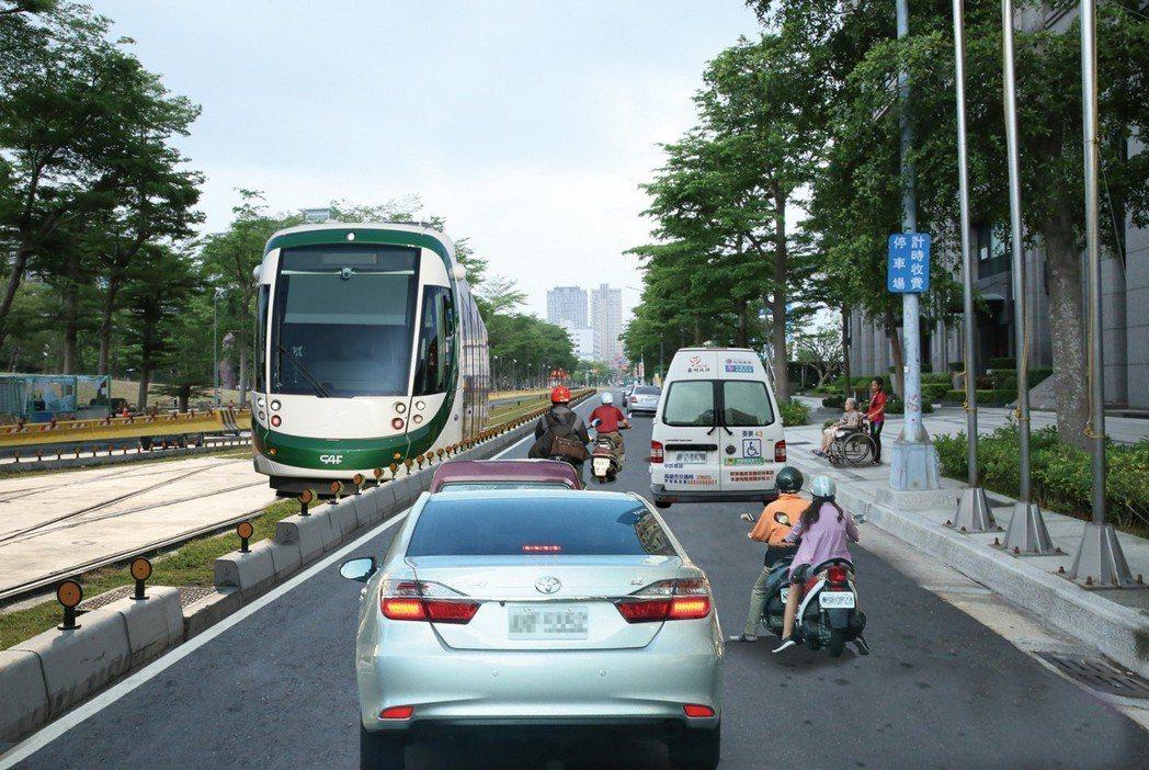 20米美術館中間硬是給輕軌後,路寬單向只剩5米,屆時混合車道遇到復康巴士或救護車...