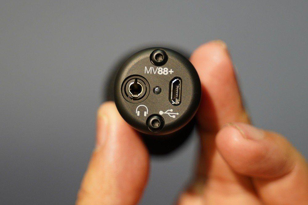 背後搭載外接監聽耳機孔,以及連接裝置用的micro USB連接埠