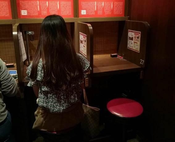 圖1:「味集中座位」是一蘭拉麵的重要專利
