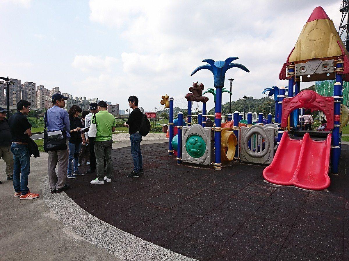 汐止星座公園罐頭式遊具好單調,市議員周雅玲要求評估增設共融式遊具,讓大小朋友能快...