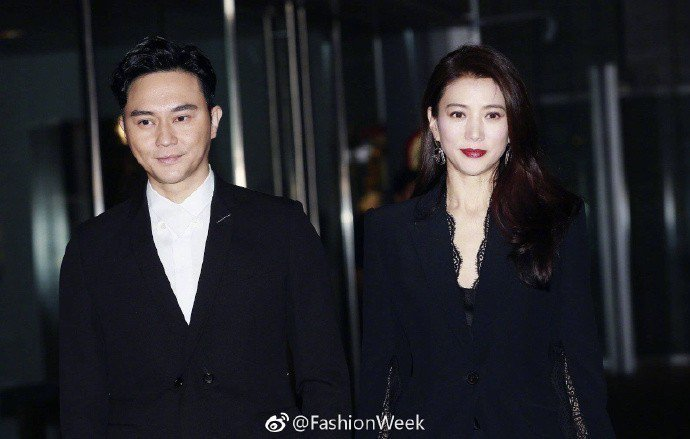 袁詠儀(右)去年底與丈夫張智霖一起出席阿嬌婚禮。圖/摘自微博