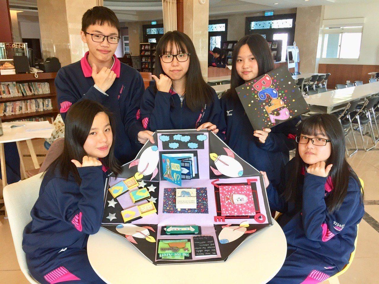 二信高中「小王子」英語創意卡片勇奪全國高中職學生智慧創意競賽第一名,左起張映晴、...