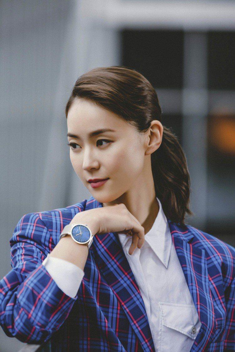 鍾瑤以格紋西裝外套搭配High Noon巔峰系列腕表,8,800元。圖/CALV...