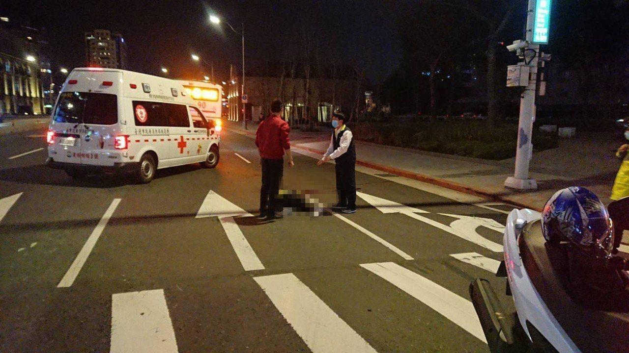 一輛三重客運704路線公車昨晚約7時在重慶北路右轉忠孝西路時,撞上路口斑馬線上一...