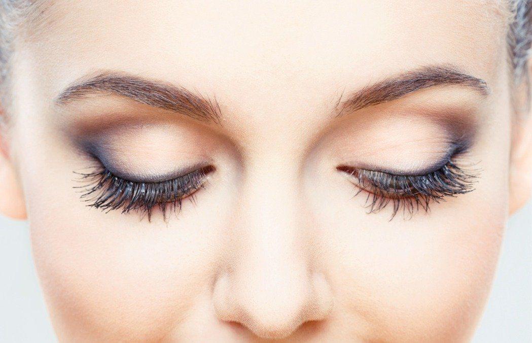 假睫毛對當今愛美女性而言是重要發明,但若未清潔乾淨,恐釀發炎、長針眼、甚至長蟲。...