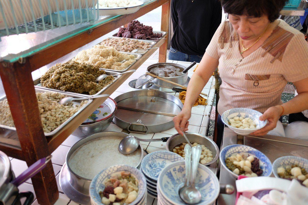 李家圓仔冰的紅豆、綠豆、薏仁等餡料都是新鮮現做。