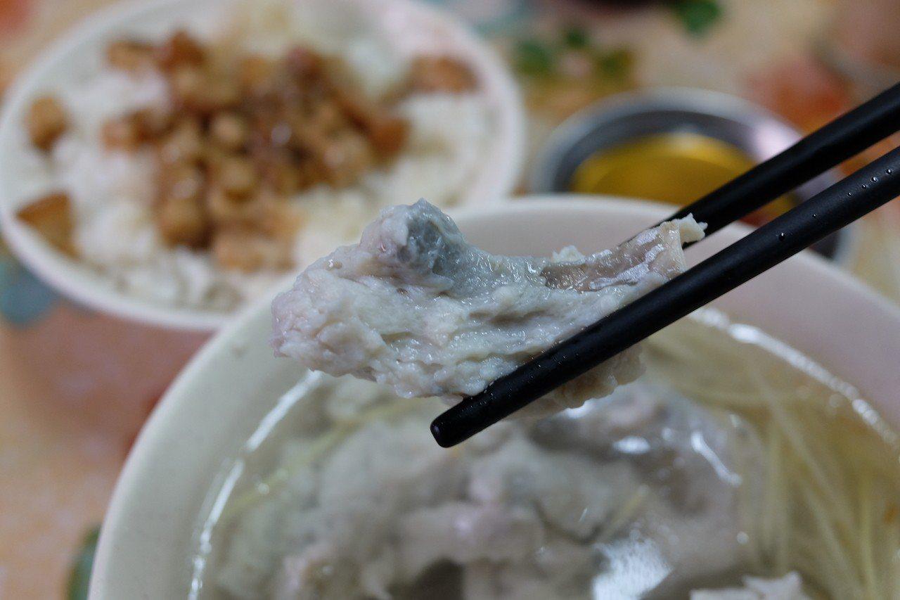 大溝頂虱目魚米粉招牌的魚肚漿湯。