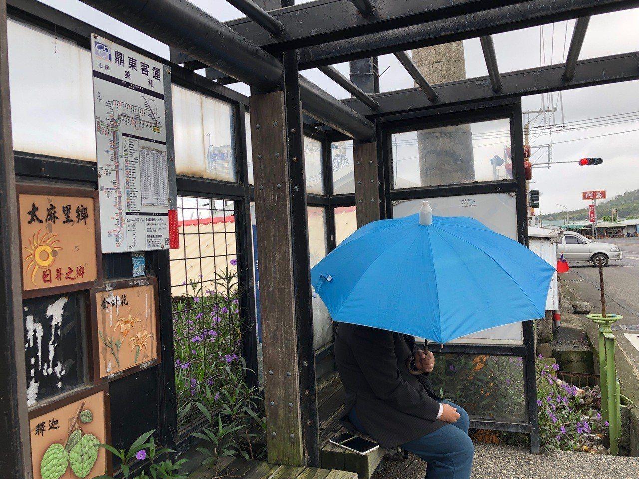 台東這幾天陰雨綿綿,民眾在候車亭等公車,卻因候車亭失去了「遮雨」的功能,只能撐傘...