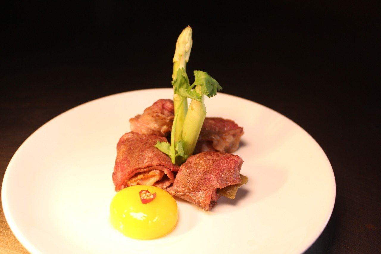 宏禧鐵板燒寶山旗艦店招牌菜「鴨肝牛肉捲」。記者張雅婷/攝影。