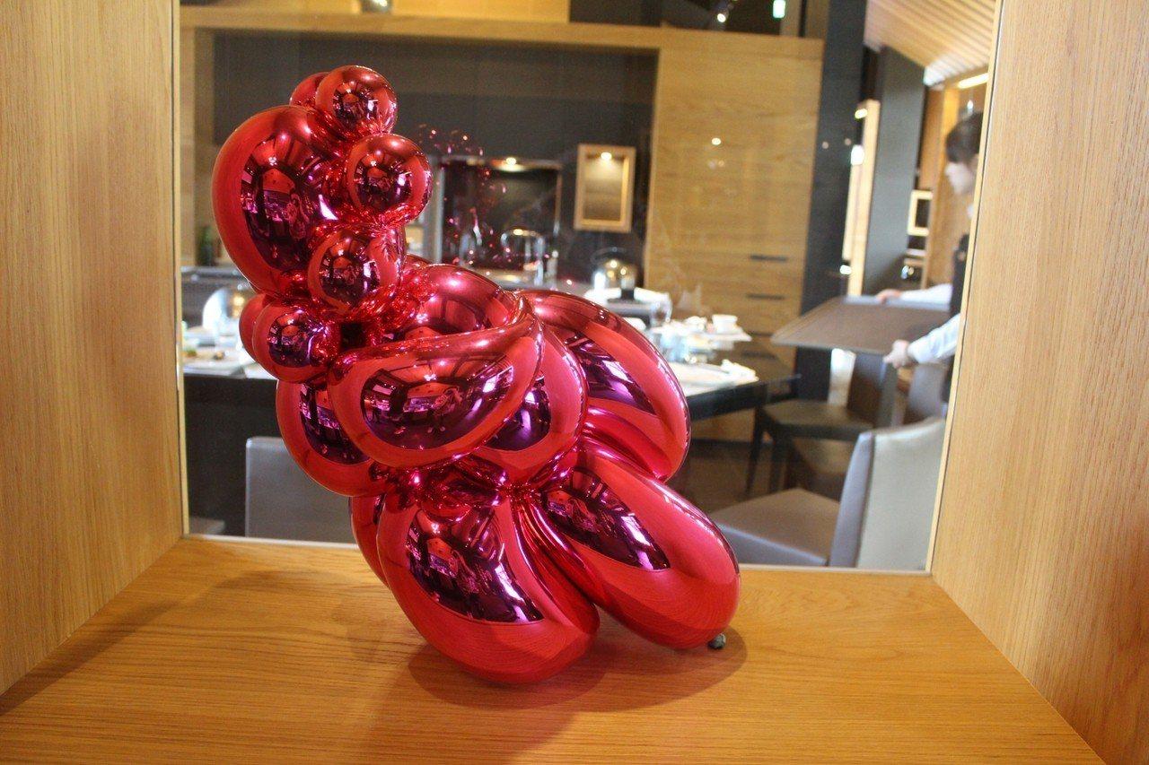 宏禧鐵板燒寶山旗艦店收藏藝術家傑夫•昆斯作品「氣球維納斯」。記者張雅婷/攝影