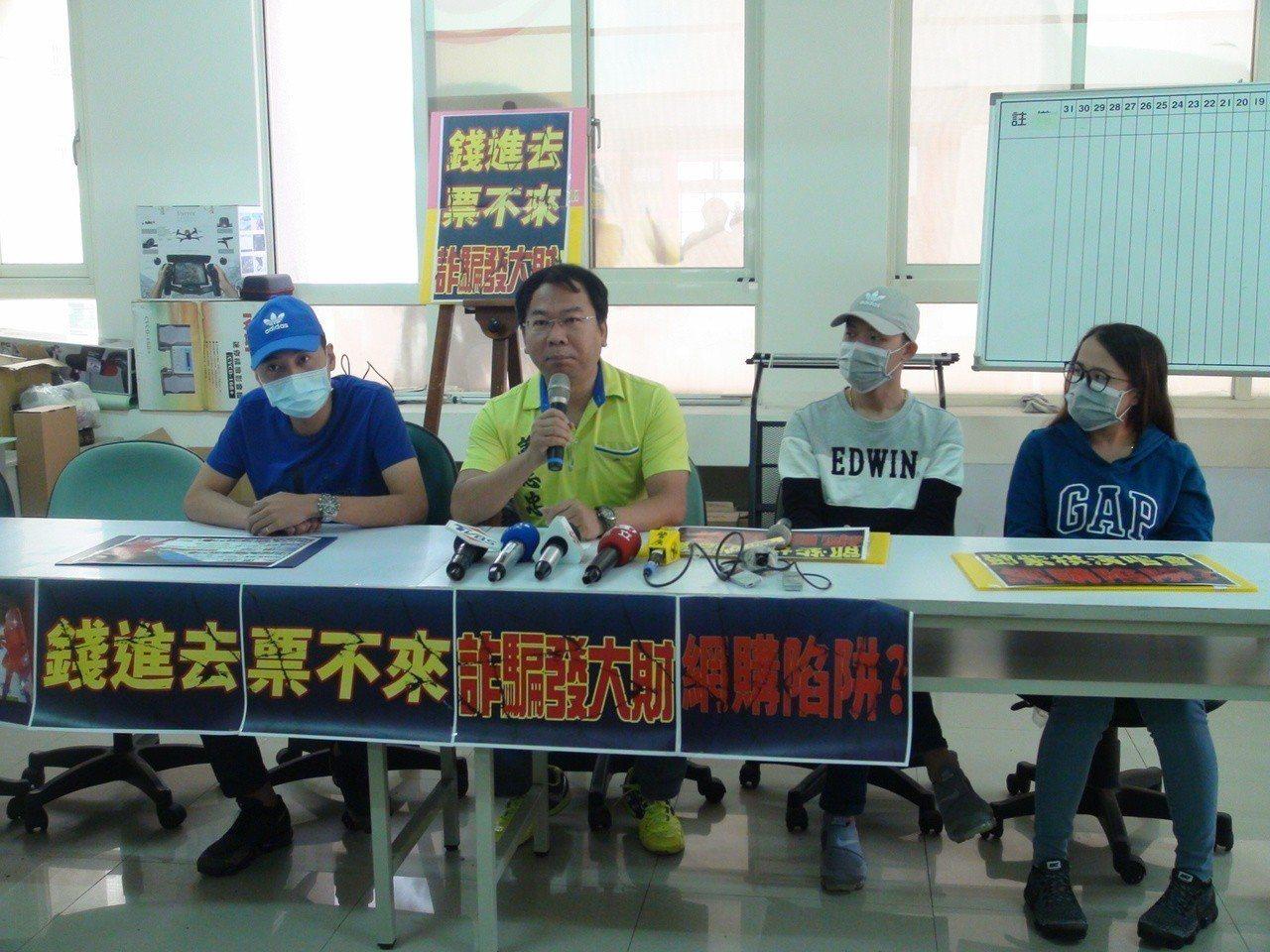 4名受害者今天向台中市議員謝志忠陳情。記者余采瀅/攝影