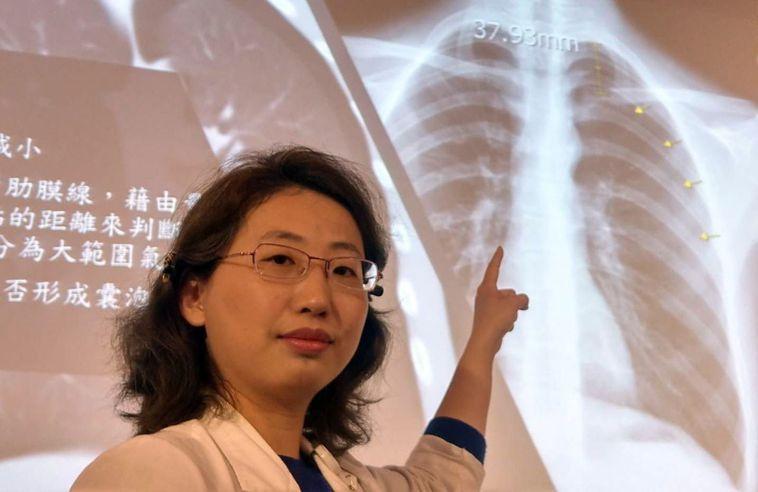 醫師曾采藝說,這名17歲男學生就醫後,發現左胸氣胸,有明顯的塌陷(黃色箭頭標記處...