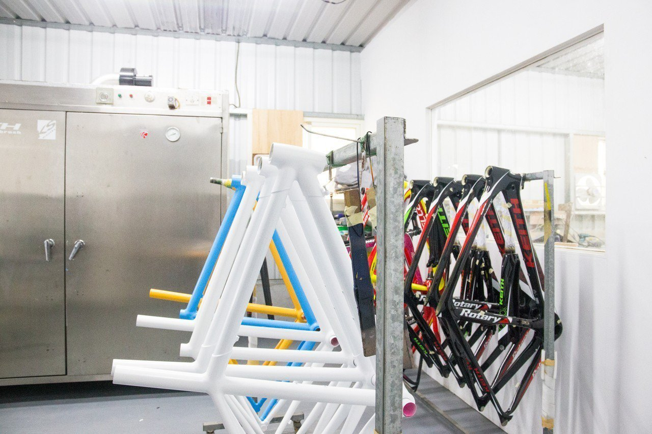 花蓮首座自行車彩繪工坊由呂國璽創立,5年後成立KEITH自行車品牌,目前工作室已...