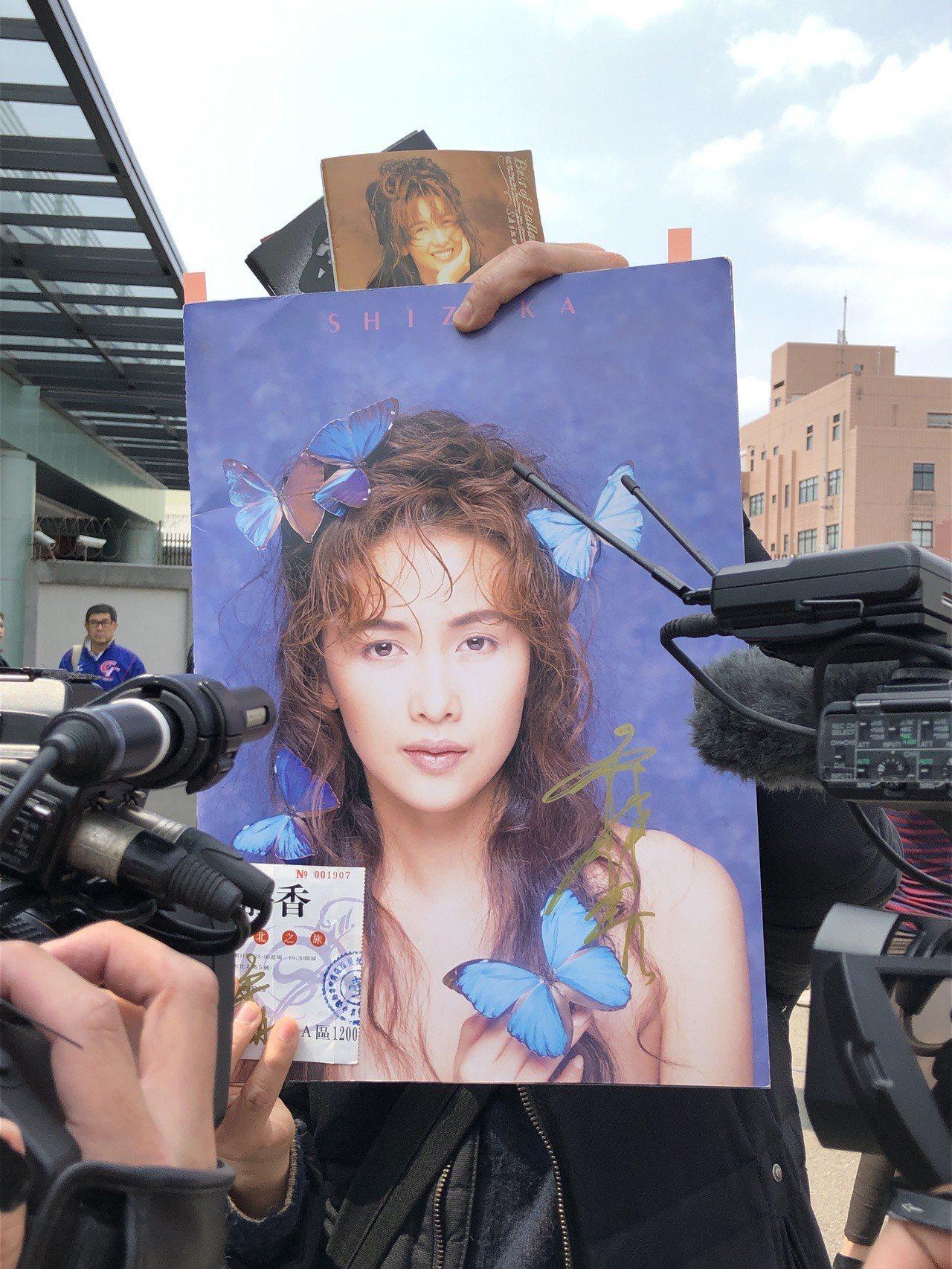 現場粉絲幸運的獲得工藤靜香的簽名。記者曾智緯/攝影