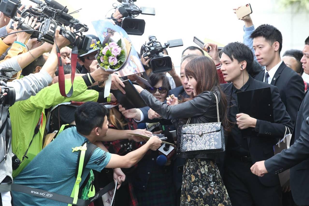 睽違26年再來台的工藤靜香,特意向前為粉絲簽名。記者林澔一/攝影