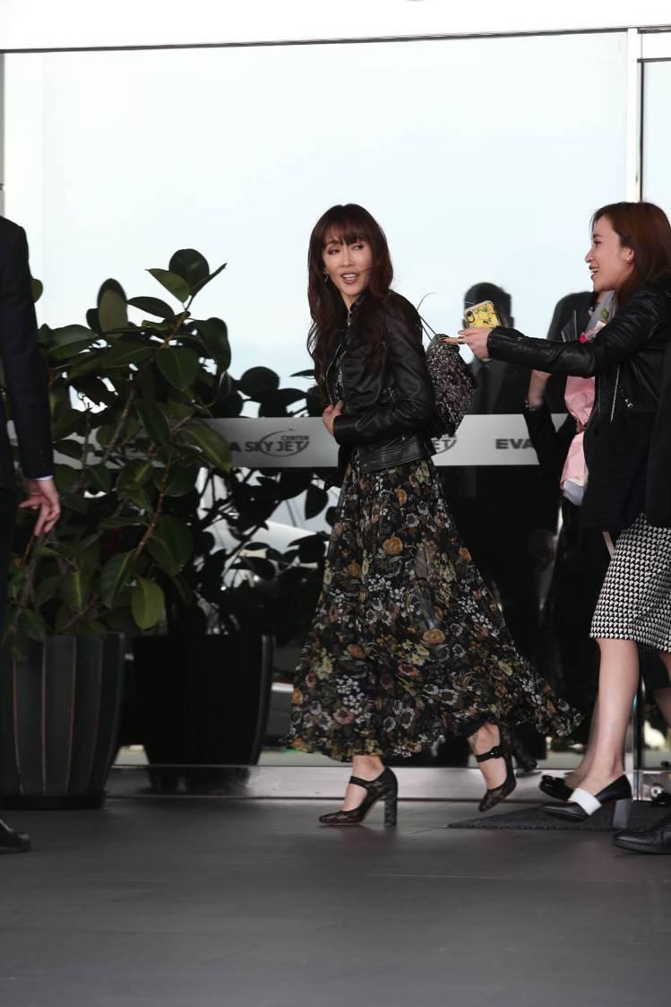 睽違26年再來台的工藤靜香和女兒一樣,也以皮衣夾克現身,搭配了黑色碎花洋裝、蛇紋...