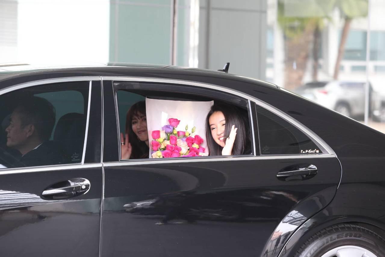 在離開松山機場時,木村光希Kōki也親切的搖下車窗,再次向現場守候的媒體打招呼,...