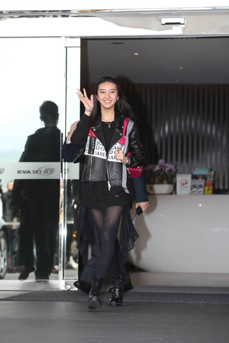 木村光希Kōki在抵達松山機場,以皮衣造型搭配寶格麗Serpentn Forev...