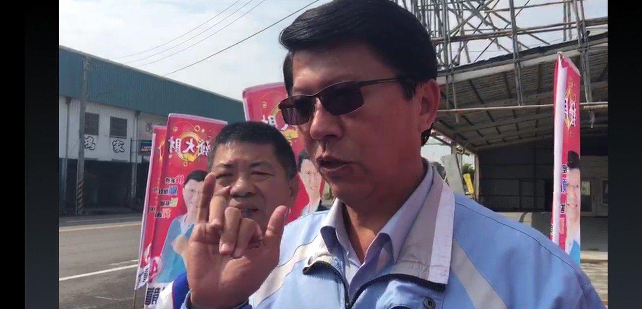 國民黨台南市立委候選人謝龍介說明柚價。記者莊琇閔/攝影