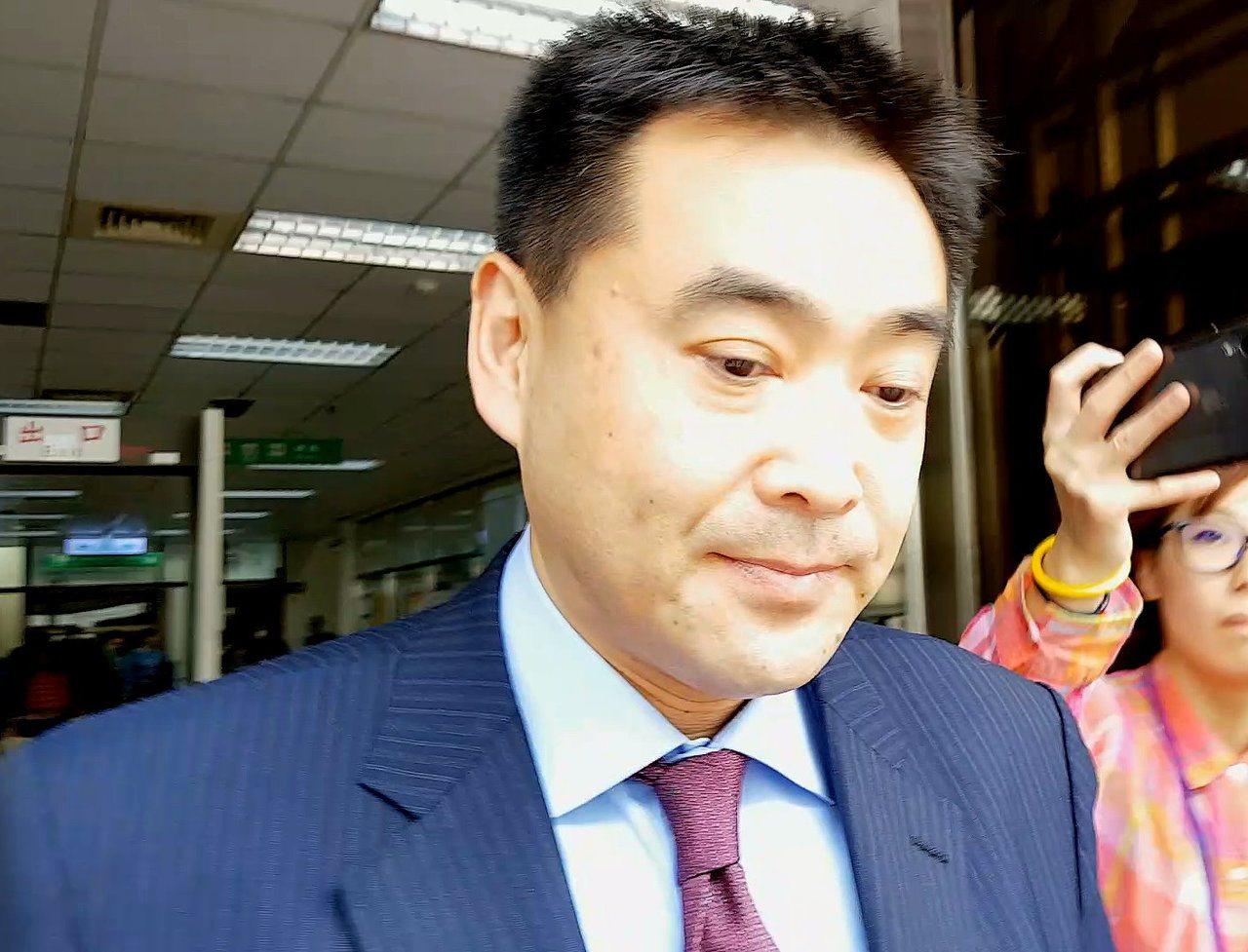 華南銀行副董事長林知延遭前妻控告妨害秘密,高院今辯論終結,他哽咽說,一開始是發覺...