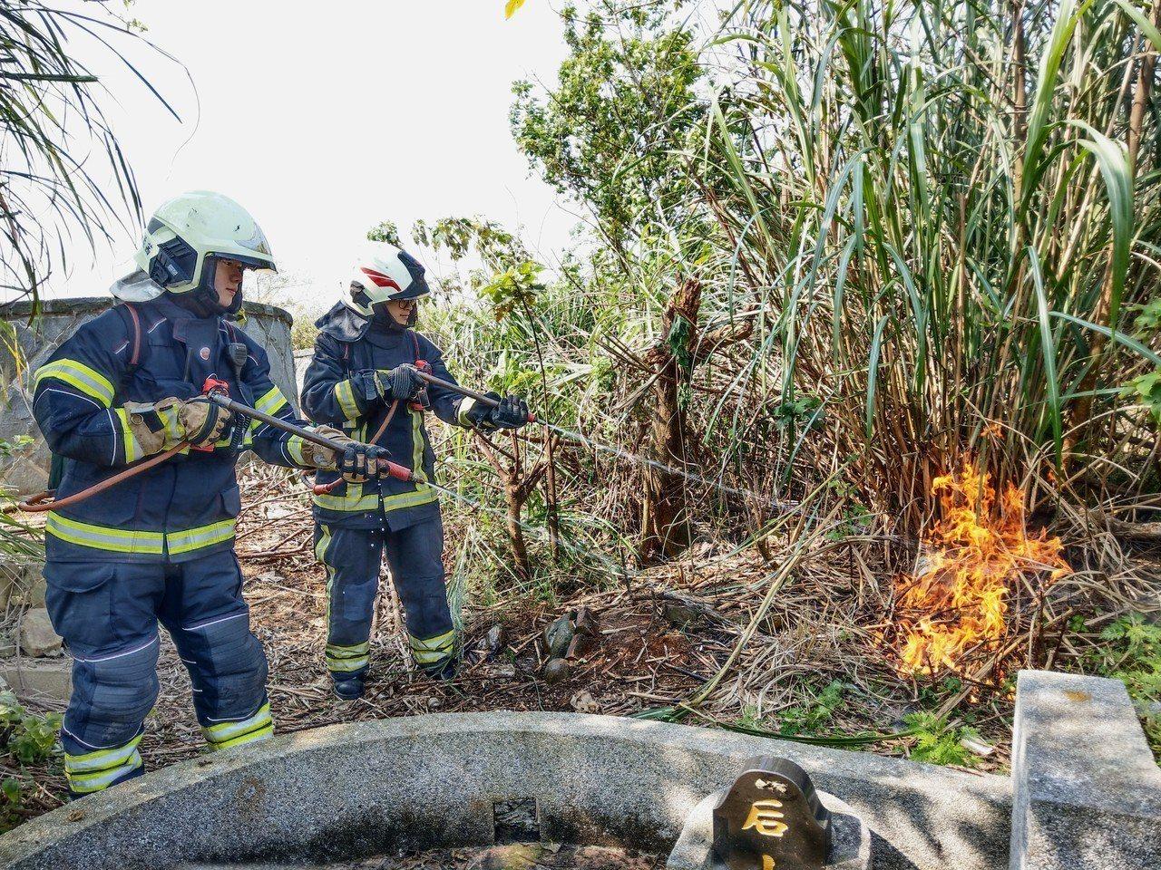 清明掃墓期間,常有燃燒紙錢引發雜草火警案例。圖/消防提供