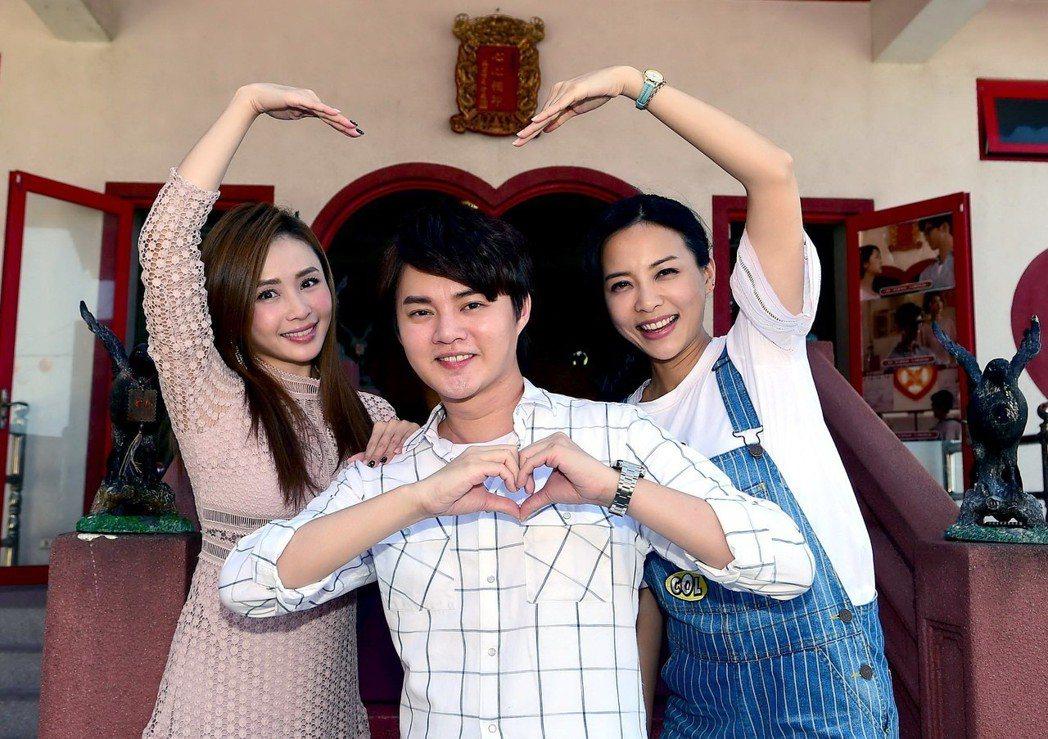 吳淑敏(左起)許富凱和何蓓蓓到月老廟拜拜  圖/華視提供