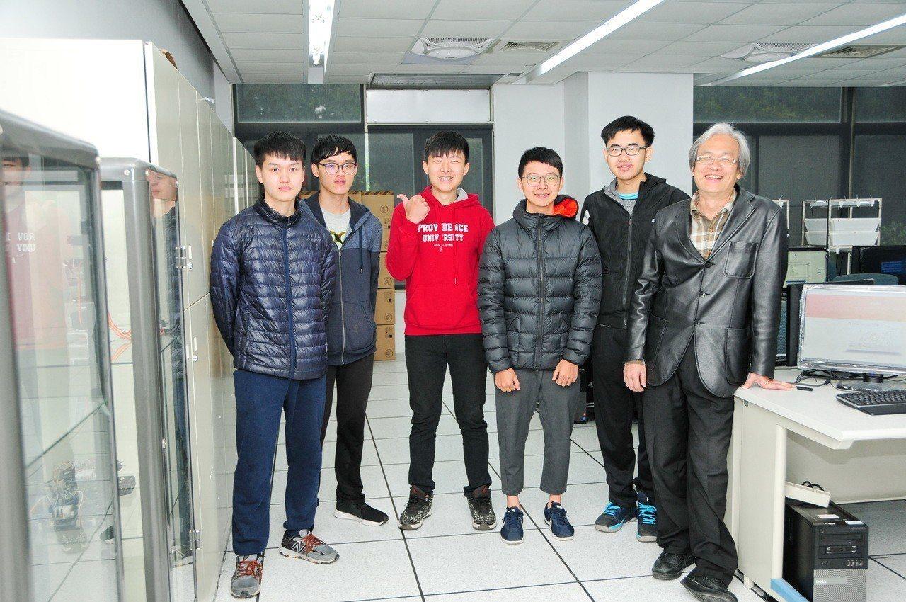 靜宜大學資訊傳播工程學系副教授吳賦哲(右1)研發「Violet繪圖系統」。記者余...
