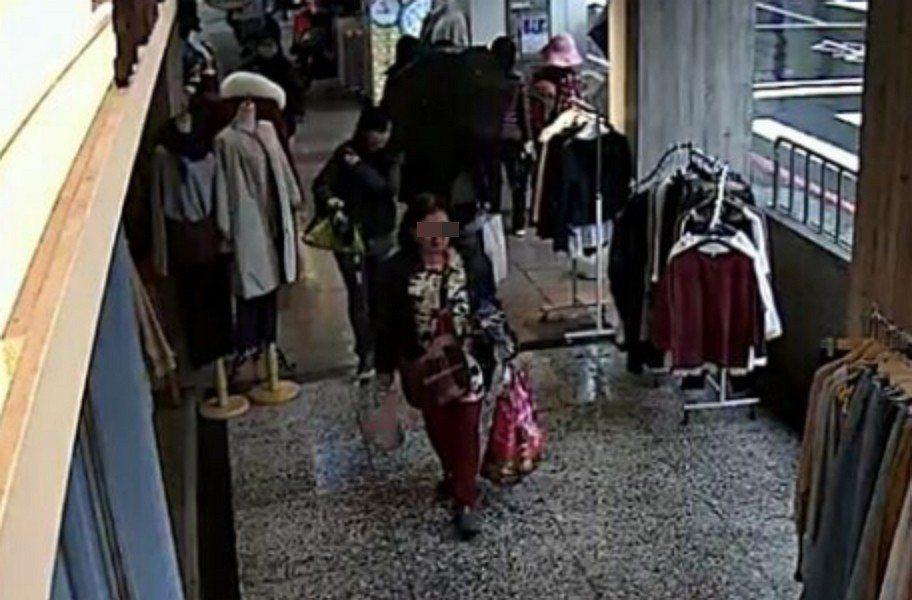 新北市黃姓婦人日前在永和區一間服飾店,涉嫌趁女店長結帳不注意之際,偷走掛在衣服上...