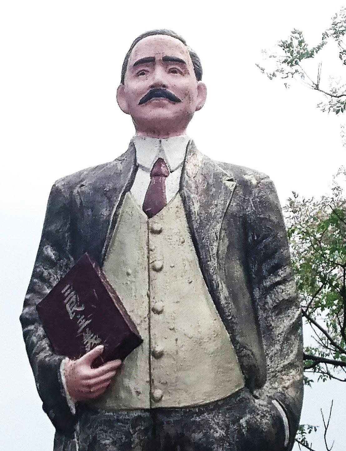 宜蘭縣蘇澳鎮馬賽國小就有一座台灣罕見的彩色版國父銅像,黑大衣搭配白襯衫、紅背心、...