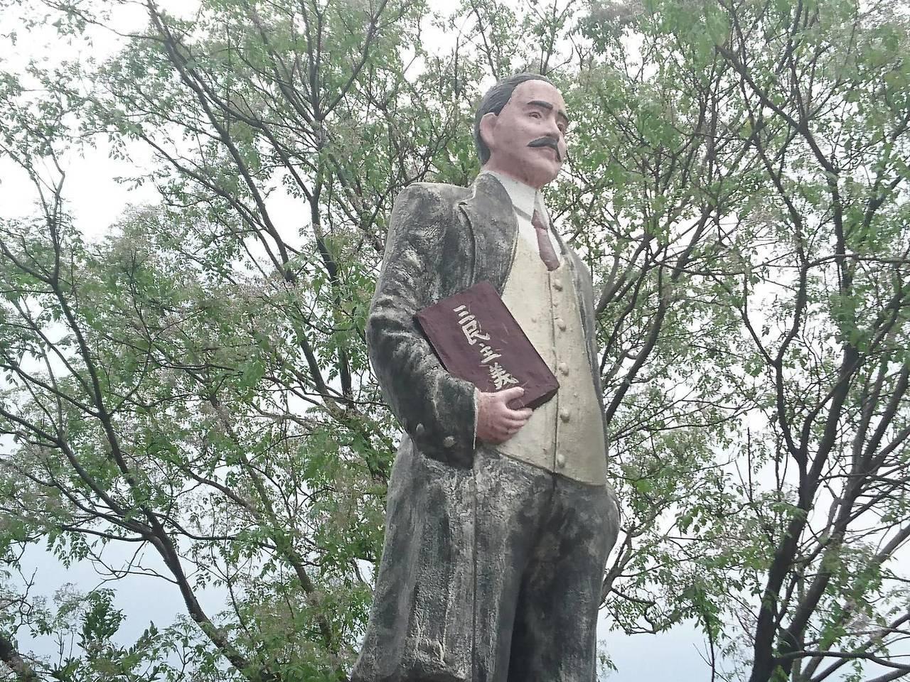 宜蘭縣蘇澳鎮馬賽國小就有一座台灣罕見的彩色版國父銅像。記者羅建旺/攝影