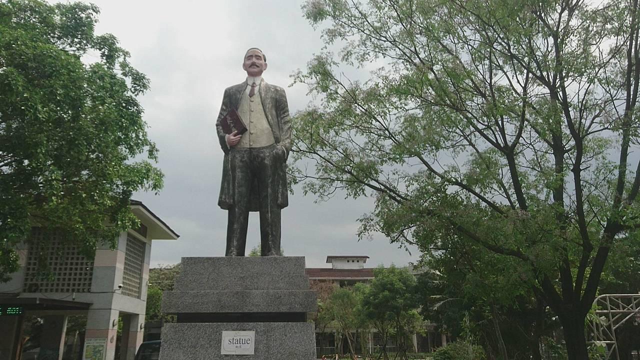 宜蘭縣蘇澳鎮馬賽國小就有一座台灣罕見的彩色版國父銅像,卻去威權化,因銅像站門口,...