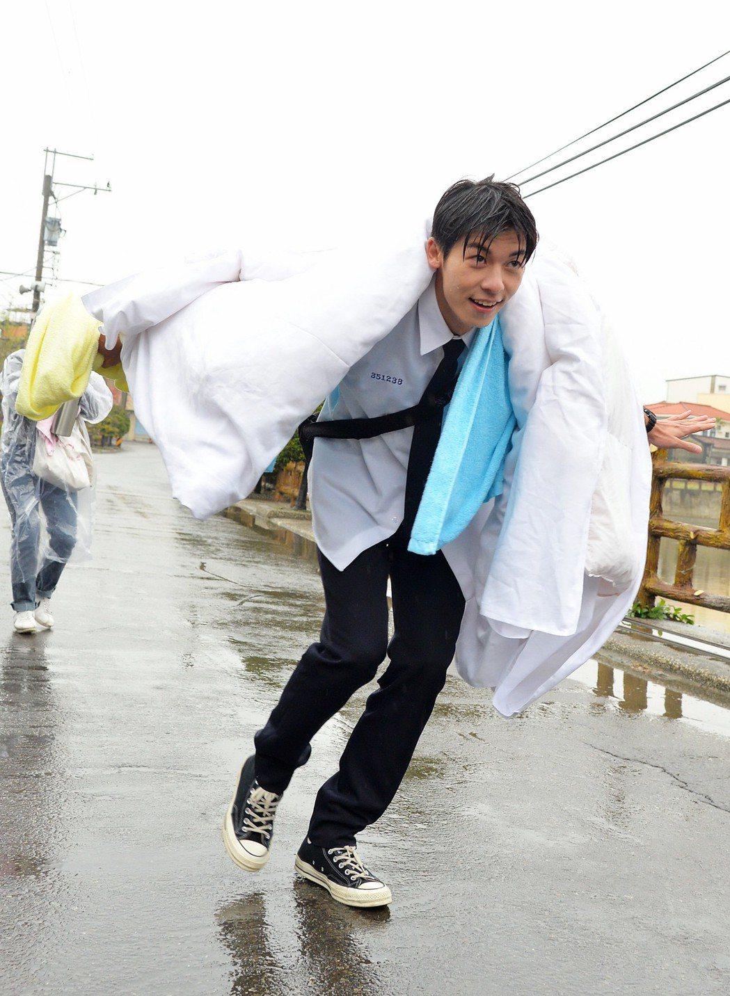 許光漢雨中作樂披棉被走秀  圖/福斯提供