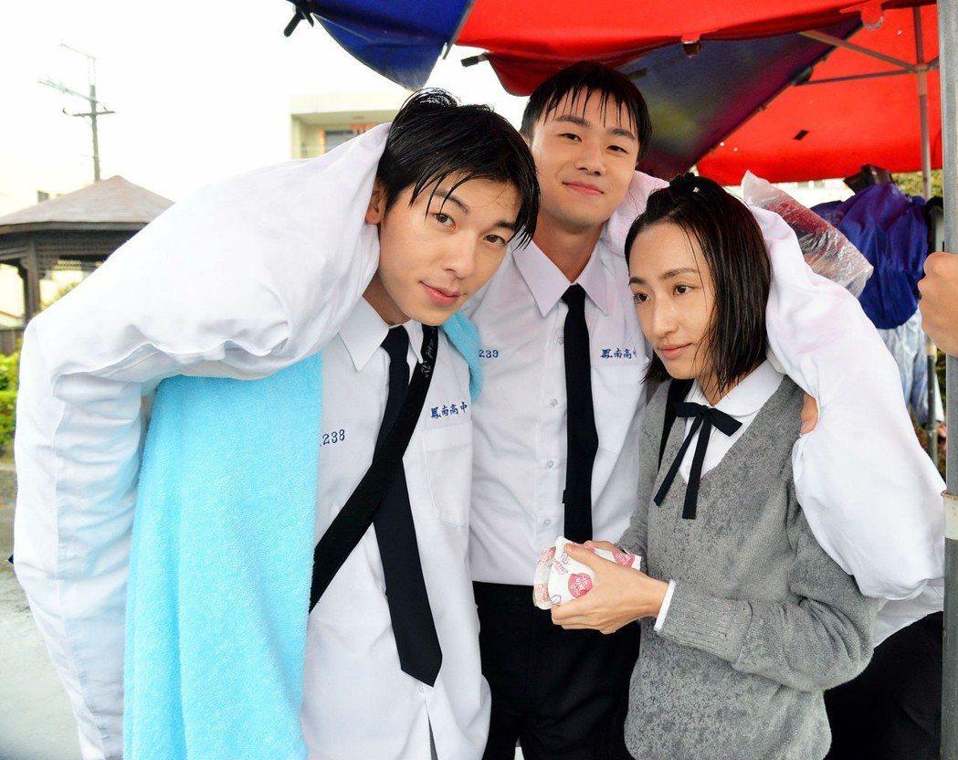 許光漢(左起)、施柏宇、柯佳嬿雨戲太冷裹棉被取暖  圖/福斯提供