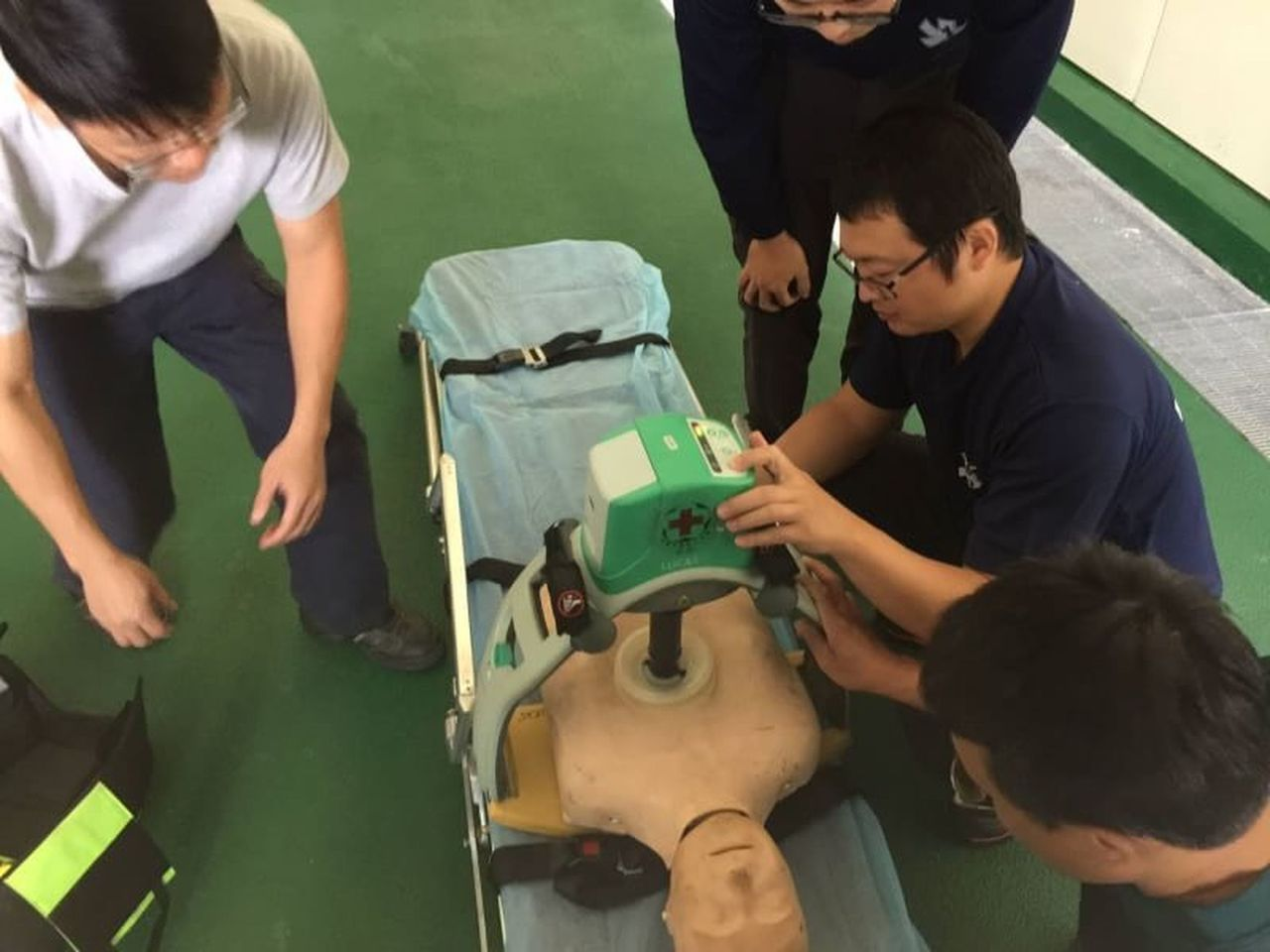 利用LUCAS自動心肺復甦機及AED(體外心臟去顫器)輔助搶救。可以爭取病患活命...