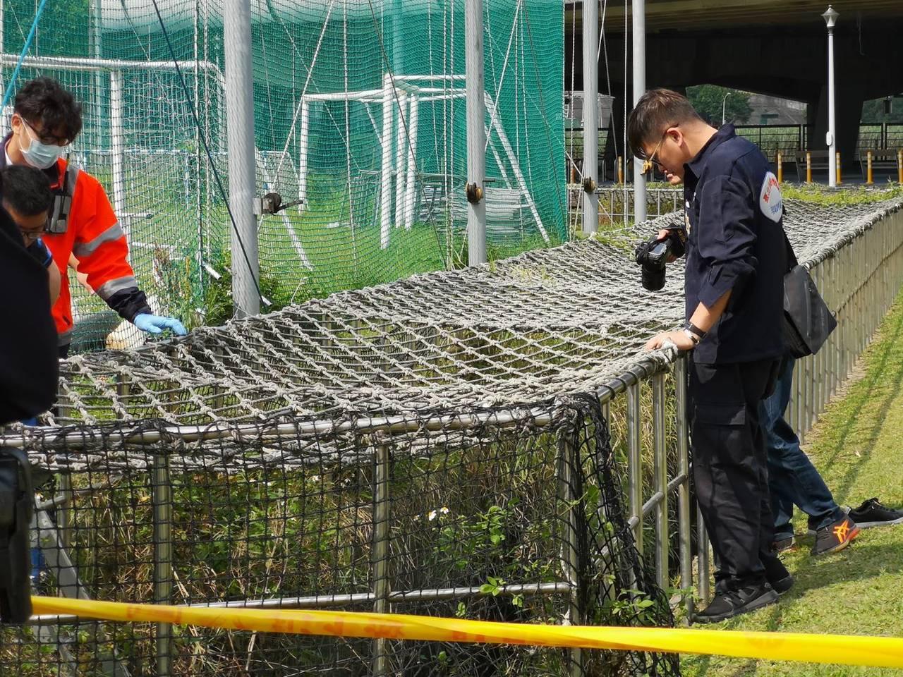 魏女陳屍在溝渠內,警方封鎖現場調查。記者李承穎/翻攝