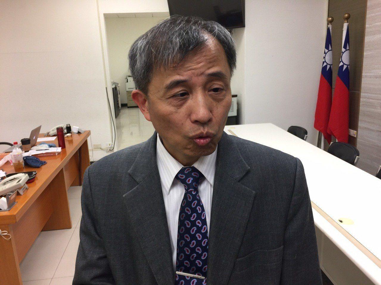 衛福部中醫藥司司長黃怡超今表示,未來將朝向不修法,但持續發照的方式,幫助中藥房,...