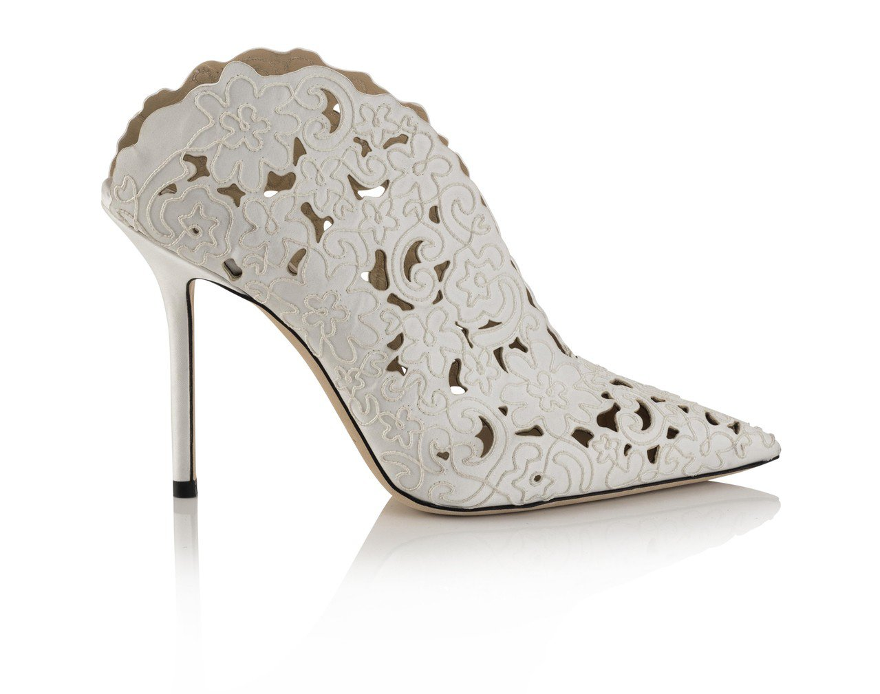 鏤空雕花的LORIS踝靴,清新浪漫。圖/藍鐘提供