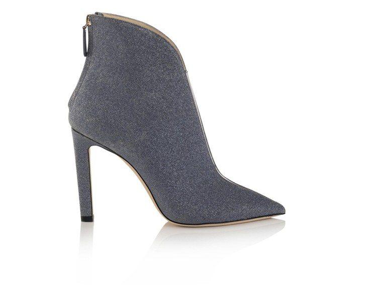 「深V」造型的LORIS踝靴,優雅的切割上部形狀並沿着脚部前端戲劇性半分裂,讓視...