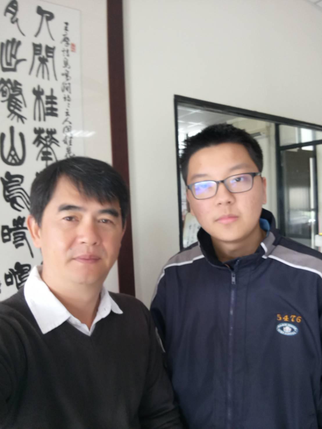 秘書吳學偉(左)今天恭賀王士晉的好表現。圖/校方提供