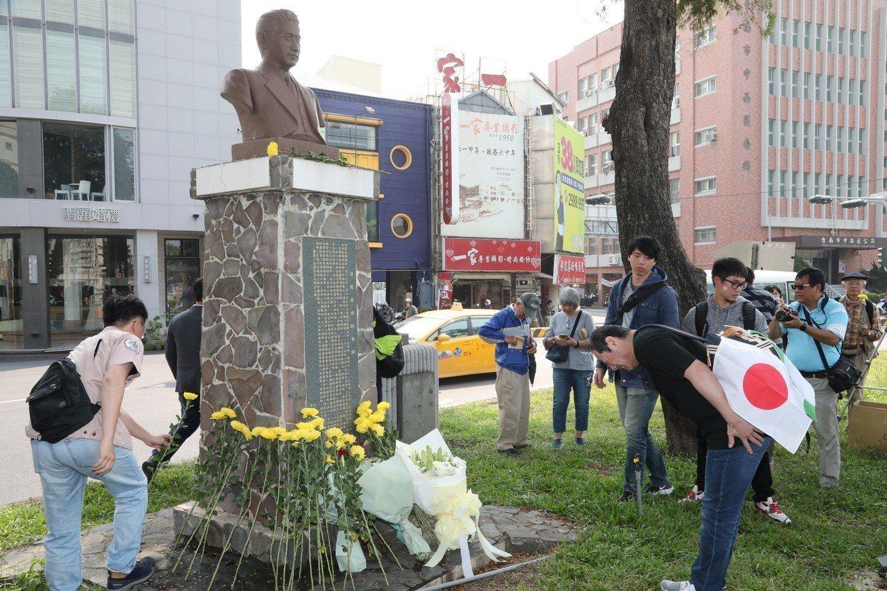台南市民間發起上午在湯德章紀念公園舉辦湯德章追思會,湯的後人也參與。記者修瑞瑩/...