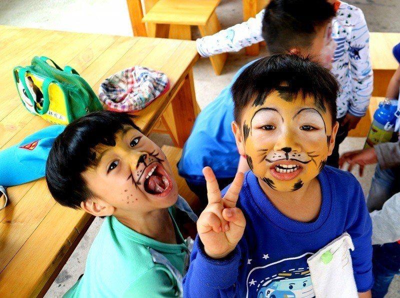 現場免費替民眾進行動物臉妝彩繪。圖/莊福文教基金會提供