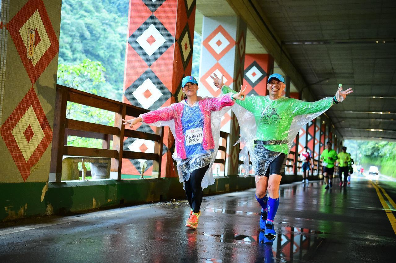 新北市烏來峽谷馬拉松(烏峽馬)中的半程馬拉松(全程約21公里),近來約有130名...
