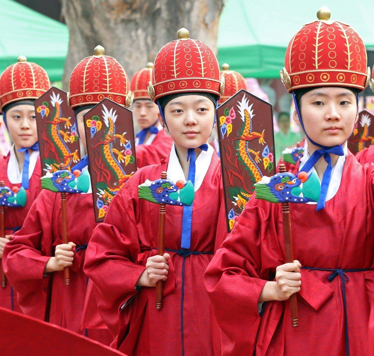 南韓學生的補習壓力很大。圖為成均館大學的大成殿11日舉行釋奠禮。歐新社