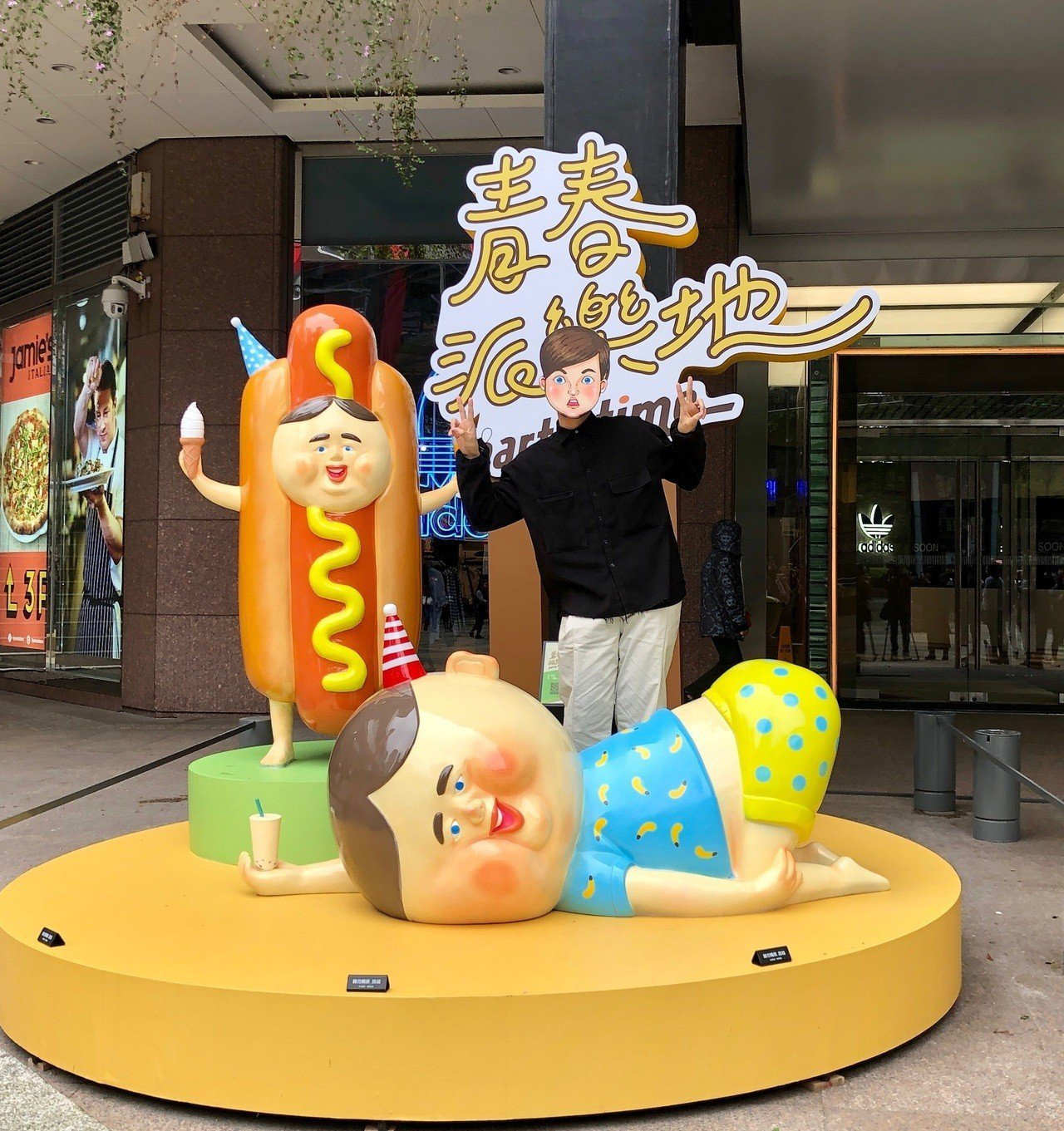 保羅先生作品「Chill波胖與Yummy波胖」(台北信義新天地A11)。圖/新光...