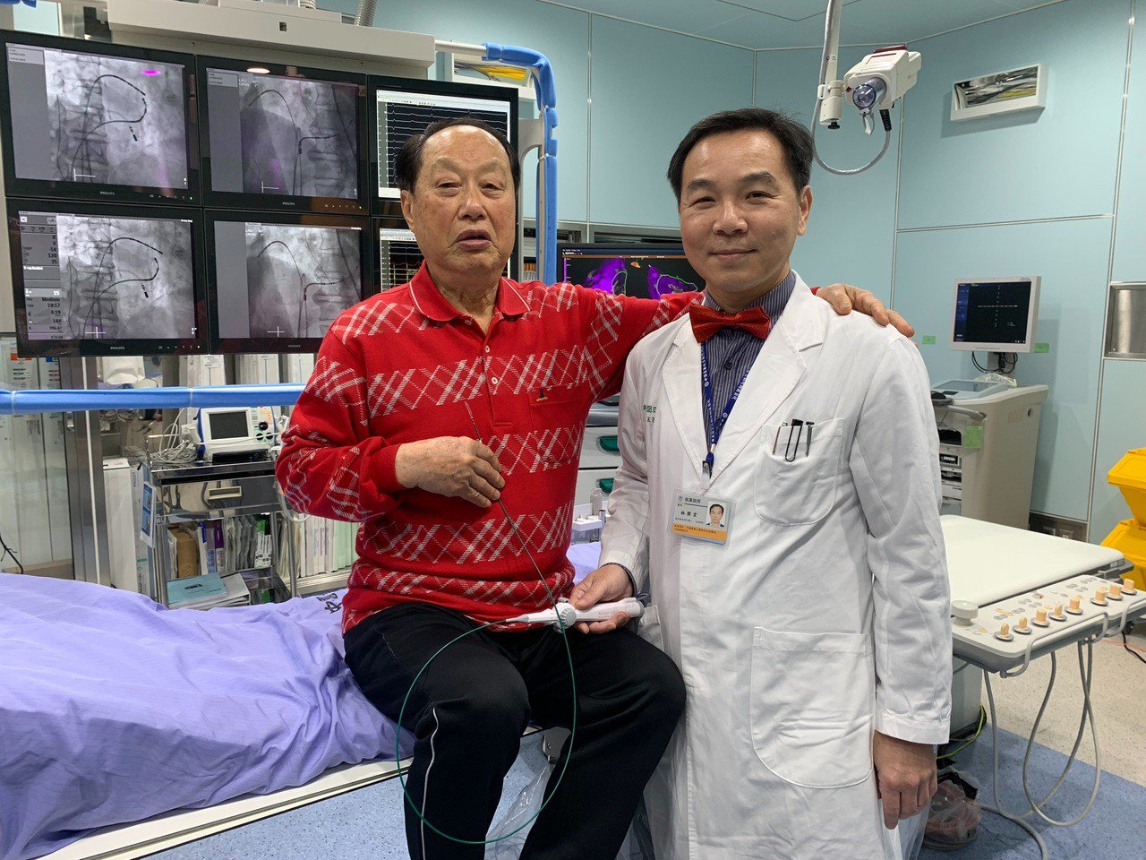 高齡91歲許翁(左)接受心臟血管科主任林圀宏(右)治療,治癒心律不整症狀。記者郭...