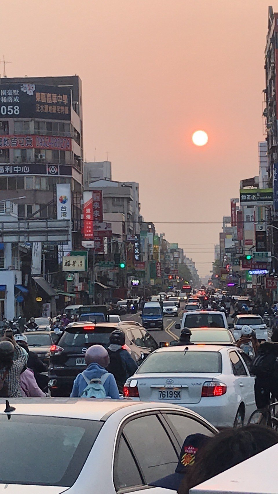 懸日奇景!嘉義市多個東西向道路口擠滿追日市民。記者姜宜菁/攝影