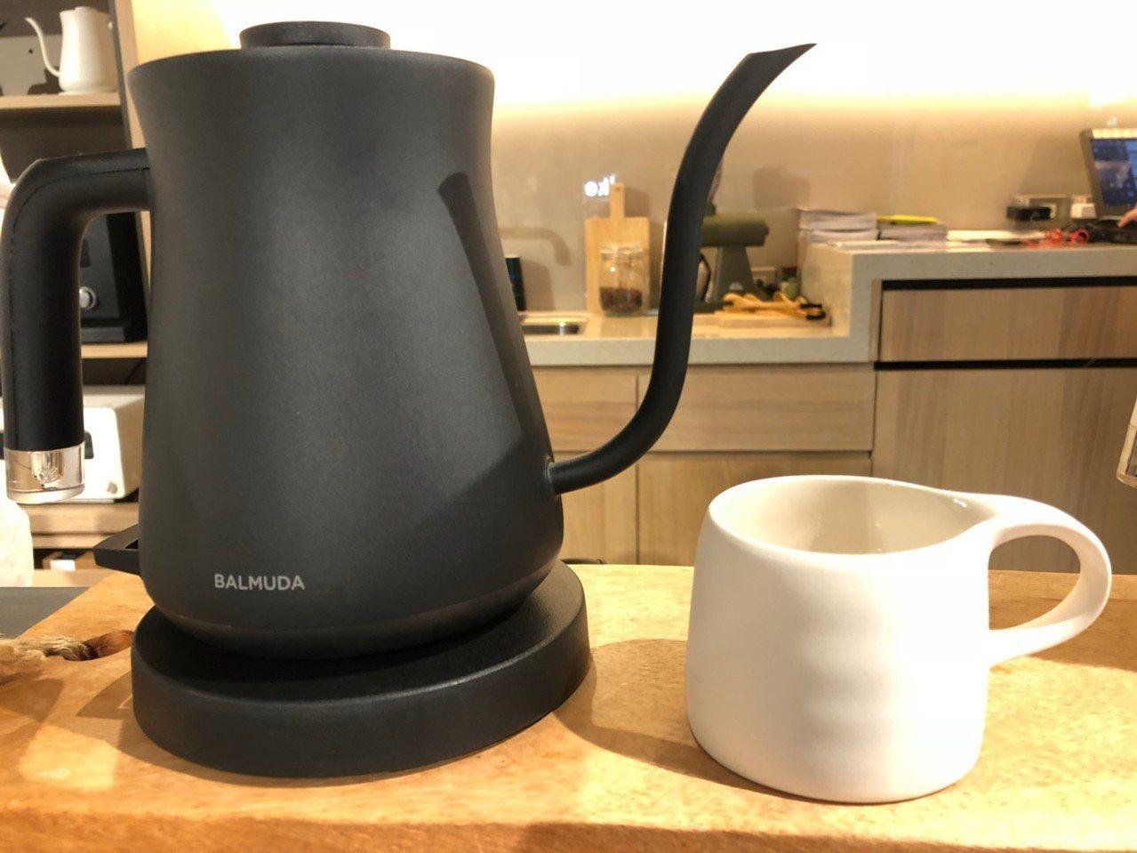 買BALMUDA「The Pot」手沖壺送3CO聯名咖啡杯。圖/誠品提供