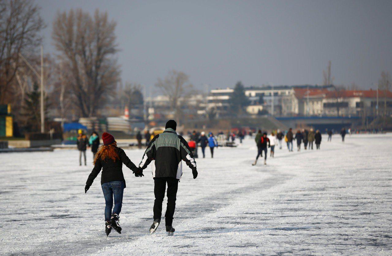 維也納民眾冬季在結冰的多瑙河面上溜冰。(路透)