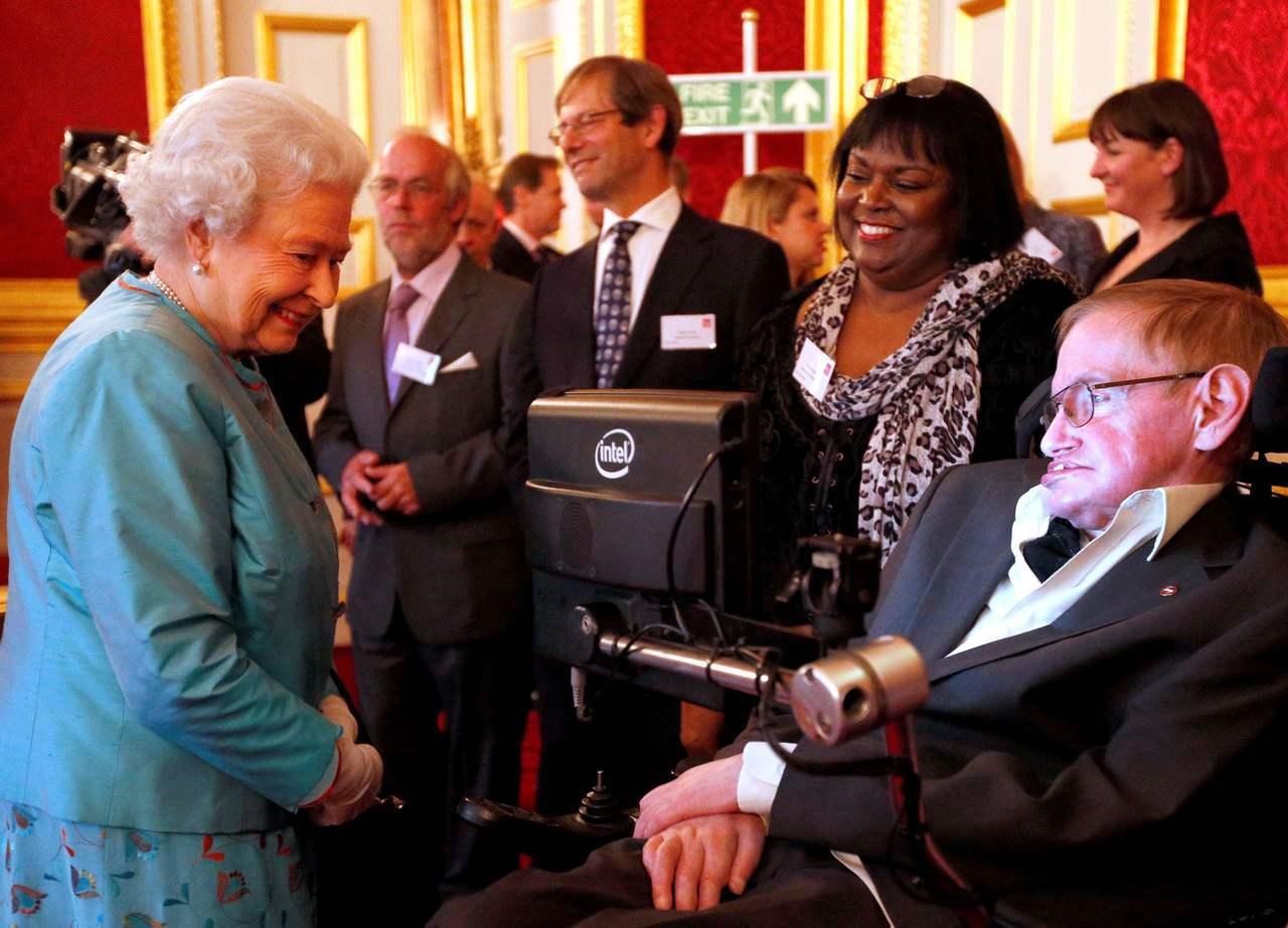 霍金(右)2014年5月29日與英國女王伊麗莎白二世(左)會面時,私人看護陶迪在...