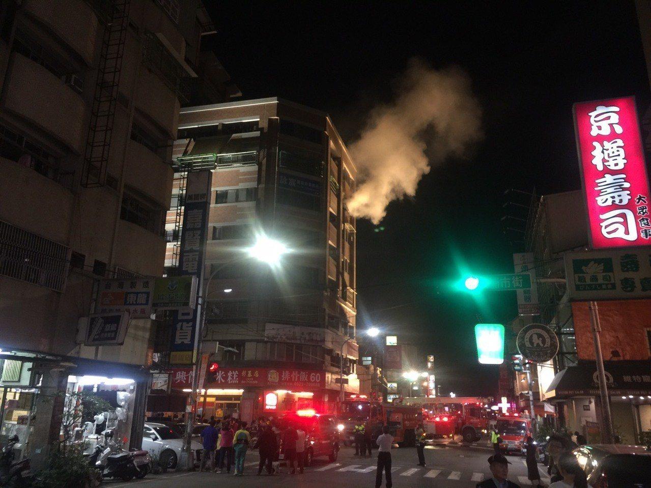 彰化市中興路晚間發生集合式住宅火警。記者劉明岩/攝影